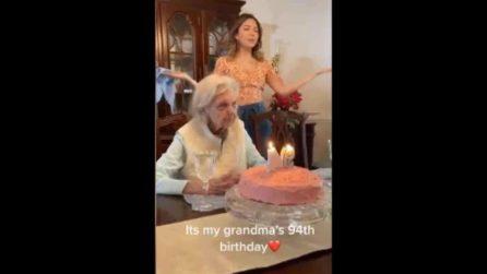 """La nonna sorprende tutti durante il suo 94esimo compleanno: """"Spero sia il mio ultimo"""""""