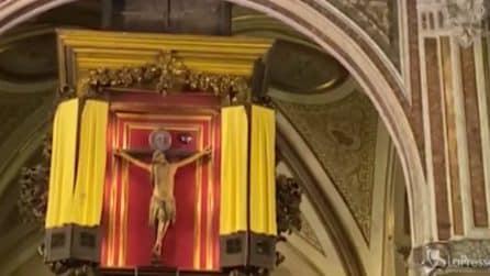 Coronavirus, il Crocifisso miracoloso esposto nella Basilica del Carmine a Napoli