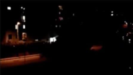 """Napoli, nel buio della notte riecheggia """"Napule è"""": il momento commovente"""