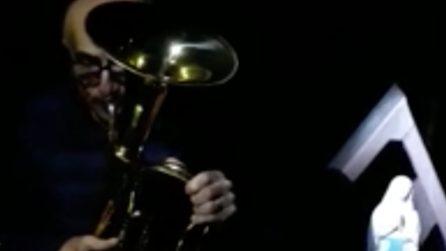 "Milano, suona ""O mia bela madunina"" con la tromba: incanta tutti"