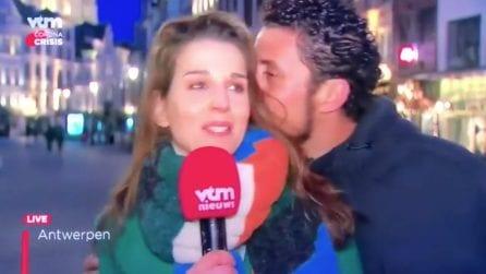 Interrompe la giornalista in diretta e dopo la bacia: ragazzo arrestato in Belgio