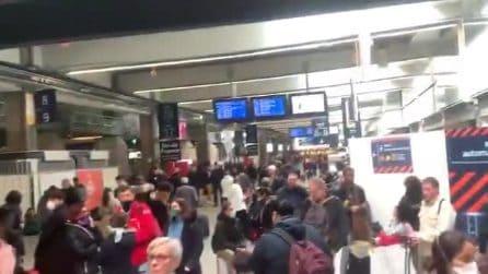Coronavirus, a Parigi le stazioni prese d'assalto: ci sono grandi assembramenti di gente