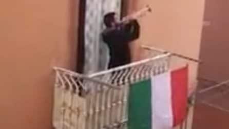 Inno nazionale dal balcone di casa, l'emozionante esibizione del trombettista