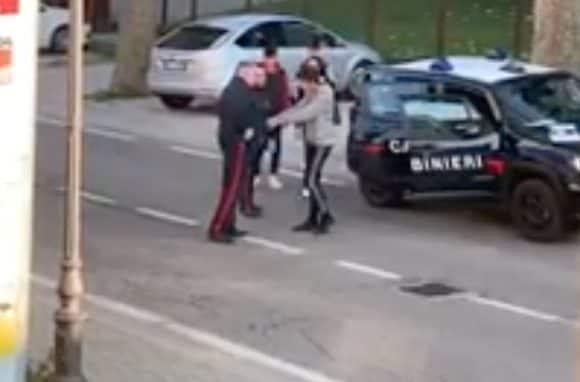 Coronavirus, 18enne Marocchino viene fermato per un controllo: insulta i carabinieri e viene arrestato - VIDEO