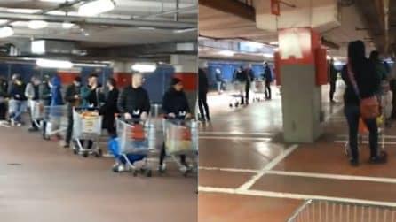 Milano, file interminabili ai supermercati alle prime ore del mattino
