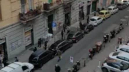 Napoli, la strada è completamente affollata: il time-lapse mostra il via vai di persone
