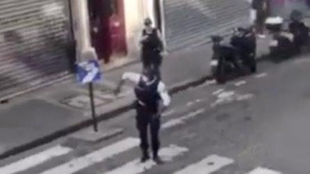 Parigi, poliziotto balla in strada e le ragazze costrette a stare in casa apprezzano e applaudono