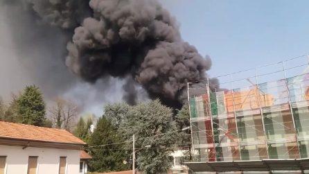 Gallarate, Incendio devasta un'azienda di materie plastiche: alta colonna di fumo