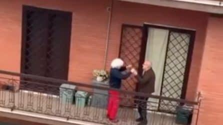 Approfittano della quarantena e ballano sul balcone: un piccolo grande gesto d'amore