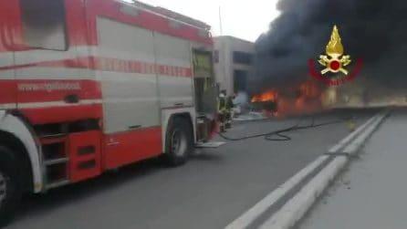 Fumo nero e denso copre il cielo: per un autobus va in fiamme