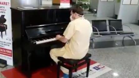 Il medico finisce il turno e suona al pianoforte un successo dei Queen