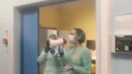 """""""Questa battaglia la vinciamo insieme"""", la dottoressa incoraggia i pazienti con il megafono"""