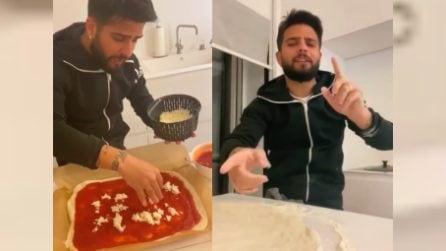 """""""Apre la pizzeria Insigne"""", il Magnifico impasta e prepara cantando canzoni napoletane"""