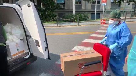 Genova, volontari portano il cibo offerto dai ristoratori al pronto soccorso
