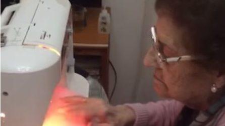 A 84 anni cuce mascherine da donare a ospedali e bisognosi ogni giorno