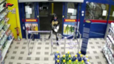 Tor Bella Monaca: le immagini di una rapina in un supermercato in via Aspertini