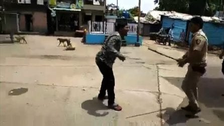 Coronavirus, scatta il lockdown in India: la polizia prende a bastonate chi esce