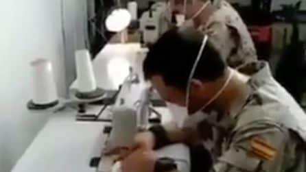 Coronavirus in Spagna, i militari cuciono le mascherine