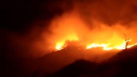 Grande incendio in Alta Versilia: cielo rosso nella notte