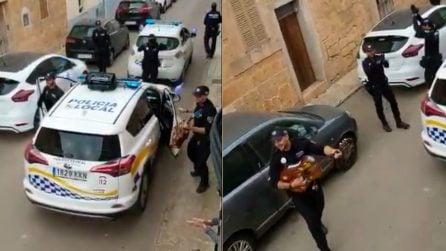 La polizia suona, canta e balla, un momento di allegria per le persone costrette in casa