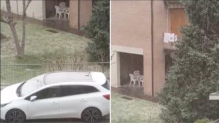 Nevica a fine marzo: le auto si ricoprono di bianco in Emilia Romagna