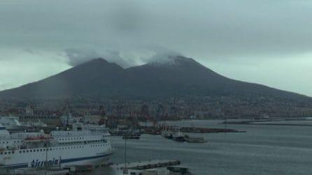 Napoli, il Vesuvio imbiancato fa da sfondo alla città deserta
