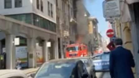 Torino, incendio in un edificio: l'intervento dei vigili del fuoco