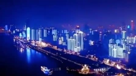 Wuhan si riaccende dopo 76 giorni: show di luci per la fine del lockdown