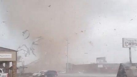 Tornado negli Stati Uniti: il suo passaggio distrugge parte di un edificio