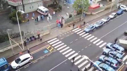 Cagliari, sirene accese della polizia che saluta e incoraggia i medici nella lotta al coronavirus