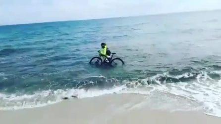 Ciclista sorpreso dalla polizia in strada, cerca di scappare e si tuffa in mare