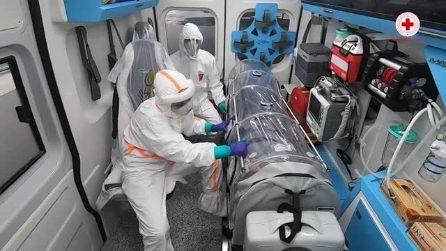 Coronavirus, a bordo di un'ambulanza della crocerossa: il trasporto di un paziente malato di Covid19