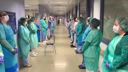 Coronavirus Spagna, medici e infermieri si riuniscono per un momento di meditazione e preghiera