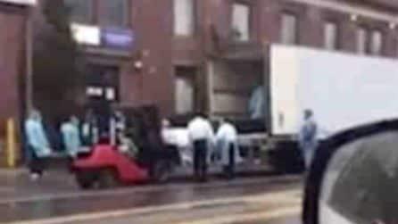 Coronavirus New York, la situazione è drammatica: cadaveri caricati su un camion a Brooklyn