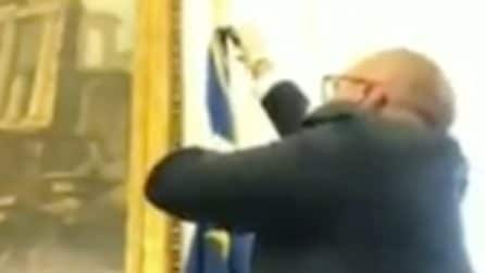 Coronavirus, protesta del vicepresidente della Camera toglie la bandiera UE dal suo ufficio
