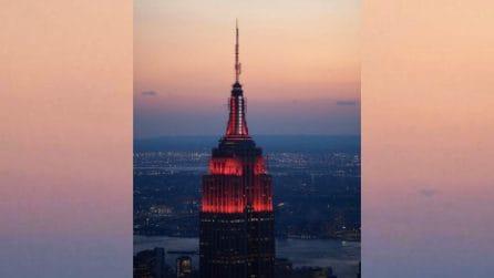 """""""Il battito del cuore dell'America"""", l'omaggio agli operatori sanitari sull'Empire State Building"""