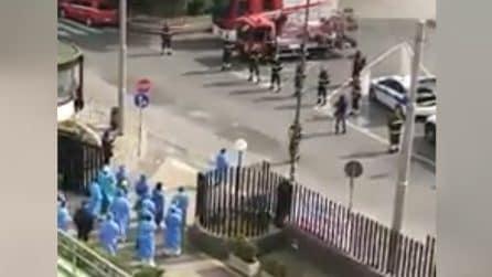 Napoli, vigili del fuoco omaggiano il personale medico del Cardarelli: sirene e applausi