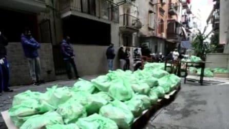 """Interi quartieri raccolgono cibo e medicine per chi ha bisogno: """"Questo è il grande cuore di Napoli"""""""