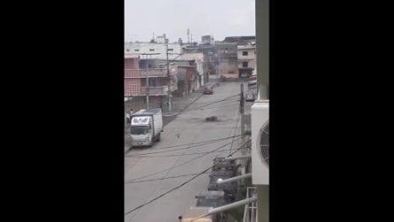 Emergenza in Ecuador: cadaveri lasciati in strada, avvolti in buste di plastica e dati alle fiamme