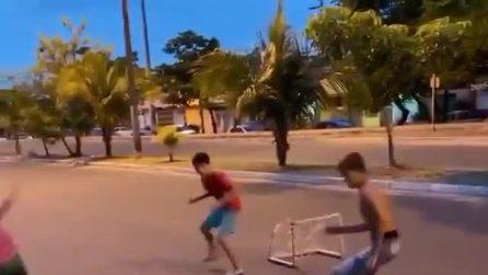 Tacco al volo, il gol da favola di un bambino