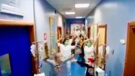 Medici e infermieri ballano in corsia insieme ai bambini malati
