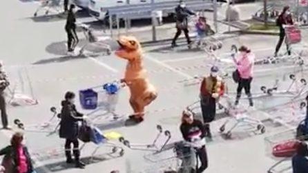 Coronavirus, in coda al supermercato vestito da dinosauro