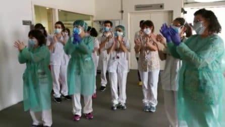 Barcellona, non solo medici e infermieri: commovente applauso agli addetti alla pulizia all'ospedale