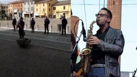 Il sindaco suona il sax per le vittime del Covid-19