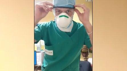 L'infermiere si prepara per lavorare in rianimazione sulle note di Vasco Rossi: scena emozionante