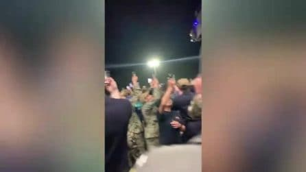 Comandante sollevato dall'incarico, aveva chiesto di evacuare la nave: gli applausi dell'equipaggio