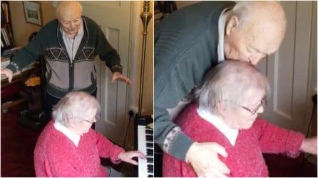 Ogni giorno cantano e ballano insieme: il vero amore ai tempi del Coronavirus