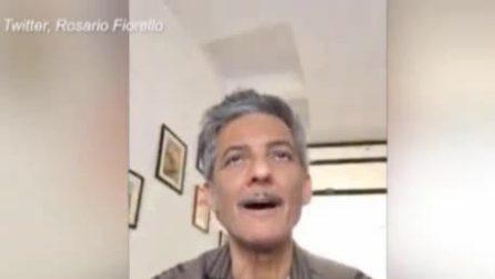 """Fiorello replica a Salvini: """"Se sei credente puoi pregare anche in bagno"""""""