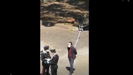 A passeggio col pappagallo al guinzaglio, ai carabinieri dà l'autocertificazione
