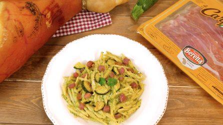 Trofie con crema di zucchine, pecorino e prosciutto di Carpegna DOP croccante